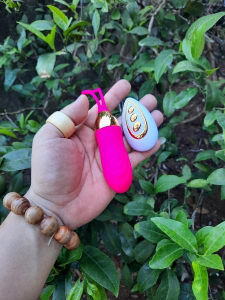 Trứng rung massage điểm G LUMINOS là đồ chơi tình dục mang đến sự hưng phấn, sảng khoái cho các cặp đôi, vợ chồng những giây phút thăng hoa, kích thích. Với thiết kế 10 tần số rung khác nhau thú vị có điều khiển từ xa. Trứng rung điều khiển LUMINOS sẽ khiến bạn ngạc nhiên vì dễ dàng tiếp cận và rung đúng điểm G trong âm đạo và các điểm nhạy cảm khác trên cơ thể.