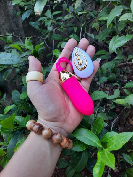 Mô tả trứng rung điều khiển LUMINOS: Trứng rung tình yêu điều khiển LUMINOS đồ chơi tình dục dành cho các bạn nữ. So với các sản phẩm cùng loại trên thị trường hiện nay, dòng sản phẩm này có những điểm khác biệt riêng. Trứng rung điều khiển LUMINOS với 10 tần số rung khác nhau, bạn có thể lựa chọn cường độ phù hợp nhất cho mình tùy theo nhu cầu thực sự của mỗi người. Dụng cụ tình dục này còn có khả năng chống thấm nước, sử dụng linh hoạt trong nhiều môi trường. Hãy cùng điểm qua những lợi ích của trứng massage điểm G LUMINOS để hiểu rõ hơn lý do tại sao nhiều phụ nữ lại lựa chọn nó.